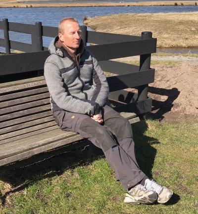 Foto van man die onderdeel van een balans toont